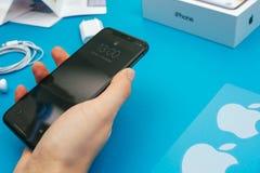Unboxing av en ny Apple Iphone X flaggskeppsmartphone Arkivbilder