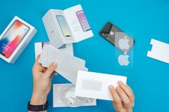 Unboxing av en ny Apple Iphone X flaggskeppsmartphone Arkivfoto