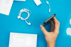 Unboxing av en ny Apple Iphone X flaggskeppsmartphone Royaltyfri Foto