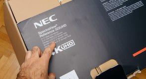 Unboxing d'écran de la référence 322 UHD 4k de NEC Spectraview Photographie stock