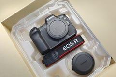 Unboxing de caméra d'EOS R de Canon image libre de droits