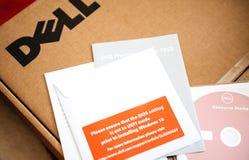 Unboxing della stazione di lavoro di Dell Computer e DVD Windows 10 Fotografia Stock Libera da Diritti