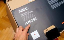 Unboxing dello schermo di riferimento 322 UHD 4k del NEC Spectraview Immagini Stock