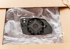 Unboxing di nuovo specchio del cuscino ammortizzatore dello specchietto retrovisore esterno dalla scatola di cartone Fotografia Stock Libera da Diritti