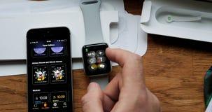 Unboxing di POV e primo turno della serie 3 dell'orologio di Apple Fotografie Stock