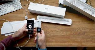 Unboxing di POV e primo turno della serie 3 dell'orologio di Apple Fotografia Stock