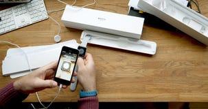 Unboxing di POV e primo turno della serie 3 dell'orologio di Apple Immagini Stock
