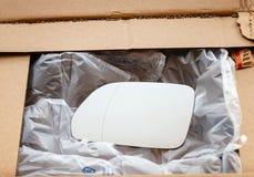 Unboxing du nouveau miroir d'amortisseur de miroir d'aile de la boîte en carton Photo stock