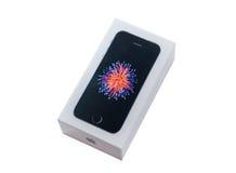 Unboxing e primo turno di nuovo Se di iPhone Immagine Stock