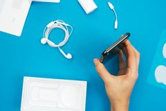 Unboxing einen neuen Flaggschiff Apples Iphone X Smartphone Lizenzfreies Stockfoto