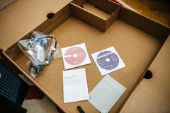 Unboxing för Dell Computer arbetsstation Arkivfoton