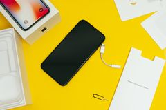 Unboxing Flaggschiff Apples Iphone X Smartphone Stockbilder