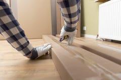 Unboxing karton nowy meble z budowa nożem Ruszający się nowy dom, zakup nowy meble Zdjęcie Stock