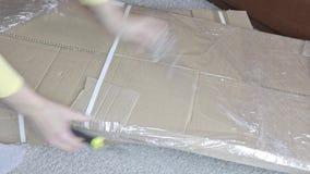 Unboxing karton z nowym meble z budowy lub biura nożem - ruszający się nowy dom i nabywać nowi zbiory