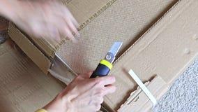 Unboxing karton z nowym meble z budowy lub biura nożem - ruszający się nowy dom i nabywać nowi zdjęcie wideo