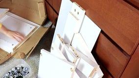 Unboxing karton z nowym meble i brać za deska szczegółach chipboard meble - ruszający się nowy dom zbiory