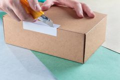 Unboxing les colis emballés images libres de droits