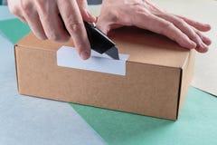 Unboxing les colis emballés photographie stock