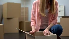 Unboxing material för flicka i den nya lägenheten, köpande egenskap, start av oberoende liv arkivbilder