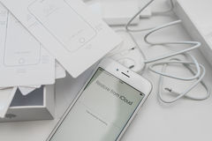 Unboxing neuer Apple-iPhone 6S Smartphone Stockbilder