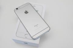Unboxing neuer Apple-iPhone 6S Smartphone Lizenzfreie Stockfotografie