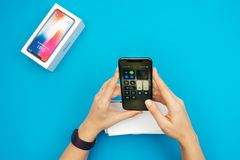 Unboxing nowego Jabłczanego Iphone X statku flagowego smartphone Obraz Royalty Free