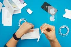 Unboxing nowego Jabłczanego Iphone X statku flagowego smartphone Zdjęcia Royalty Free