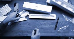 Unboxing och första körning för POV av Apple klockaserie 3 Fotografering för Bildbyråer