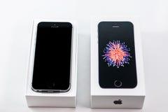 Unboxing och första körning av den nya iPhoneSEN Royaltyfri Fotografi