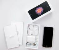 Unboxing och första körning av den nya iPhoneSEN Royaltyfria Bilder