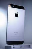Unboxing och första körning av den nya iPhoneSEN Royaltyfri Foto