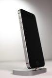 Unboxing und erster Lauf des neuen iPhone Se Stockbild