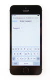 Unboxing und erster Lauf des neuen iPhone Se Lizenzfreie Stockfotos