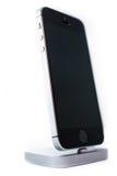 Unboxing und erster Lauf des neuen iPhone Se Stockbilder