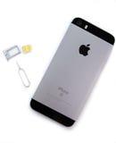 Unboxing und erster Lauf des neuen iPhone Se Lizenzfreies Stockbild