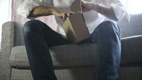 Unboxing von Apple Fernsehen stock video