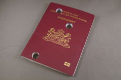 Unbrauchbarer perforierter schädigender niederländischer Pass- Nederlands Paspoort Stockfoto