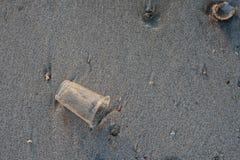 Unbrauchbares Plastikglas auf dem Strand Stockfoto