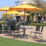 Unbrella van lijsten en van stoelen in het park royalty-vrije stock afbeelding