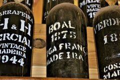 UNCHAL madera, PORTUGALIA, LUTY,/- 2017: MADERY wina butelki obrazy stock