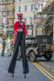Uncle Sam Kostüm auf Stelzen feiert Unabhängigkeitstag Stockfotos