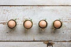 Uncolored naturalni Easter jajka w kaw espresso filiżankach; szczęśliwy Easter pojęcie Obrazy Stock