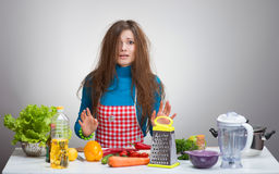 Uncombed förvirrad kvinna i köket Fotografering för Bildbyråer