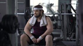 Unconfident molliger Mann im Turnhallengefühl gestört wegen des Übergewichts, Scheuheit stock footage