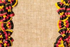Uncooked barwiony farfalle makaron Kulinarny pojęcie Odgórny widok Zdjęcia Stock