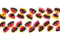 Uncooked barwiony farfalle makaron na białym tle Obrazy Royalty Free