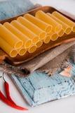 Uncooked cannelloni makaron na tnącej desce i składnikach carpaccio kuchni doskonale stylu życia, jedzenie luksus włoski Zdjęcia Stock