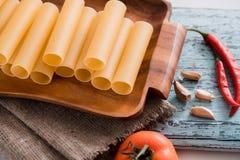 Uncooked cannelloni makaron na tnącej desce i składnikach carpaccio kuchni doskonale stylu życia, jedzenie luksus włoski Obrazy Royalty Free