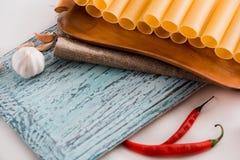 Uncooked cannelloni makaron na tnącej desce i składnikach carpaccio kuchni doskonale stylu życia, jedzenie luksus włoski Zdjęcie Stock