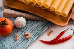 Uncooked cannelloni makaron na tnącej desce i składnikach carpaccio kuchni doskonale stylu życia, jedzenie luksus włoski Zdjęcie Royalty Free